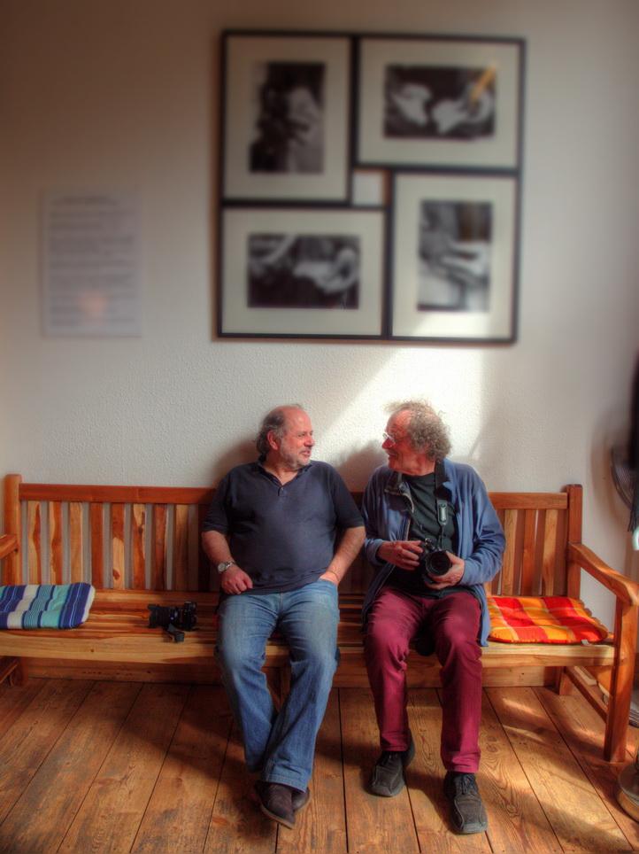von links: Jochen Vogler und Kurt Feisel im Cafe Tacheles, hinter ihnen Fotos der Ausstellung - Foto: Michael Mahlke