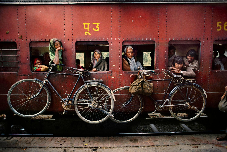 """Alle Fotos © Steve McCurry""""  """"aus Indien (Prestel Verlag, 2015)"""" Westbengalen, 1983. Fahrräder hängen an der Aussenwand eines Eisenbahnwaggons."""