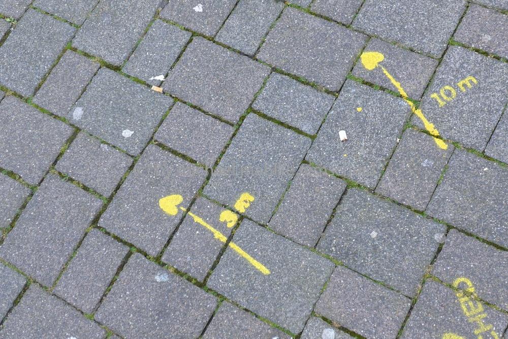 Falsch verstanden, die Pfeile zeigen in Remscheid den Weg zum Ascher und Papierkorb - Foto: Michael Mahlke